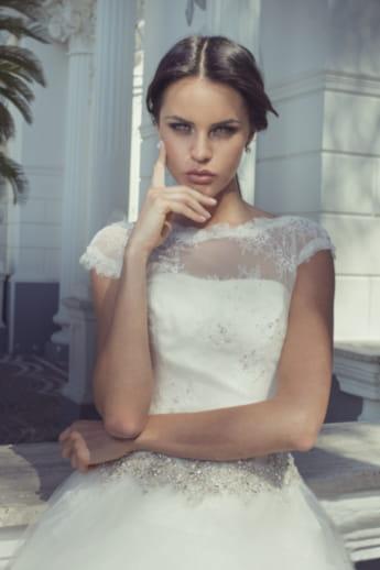 28ccba2c518b Semplicità senza tempo di un modello raffinato. Un abito da sposa ...