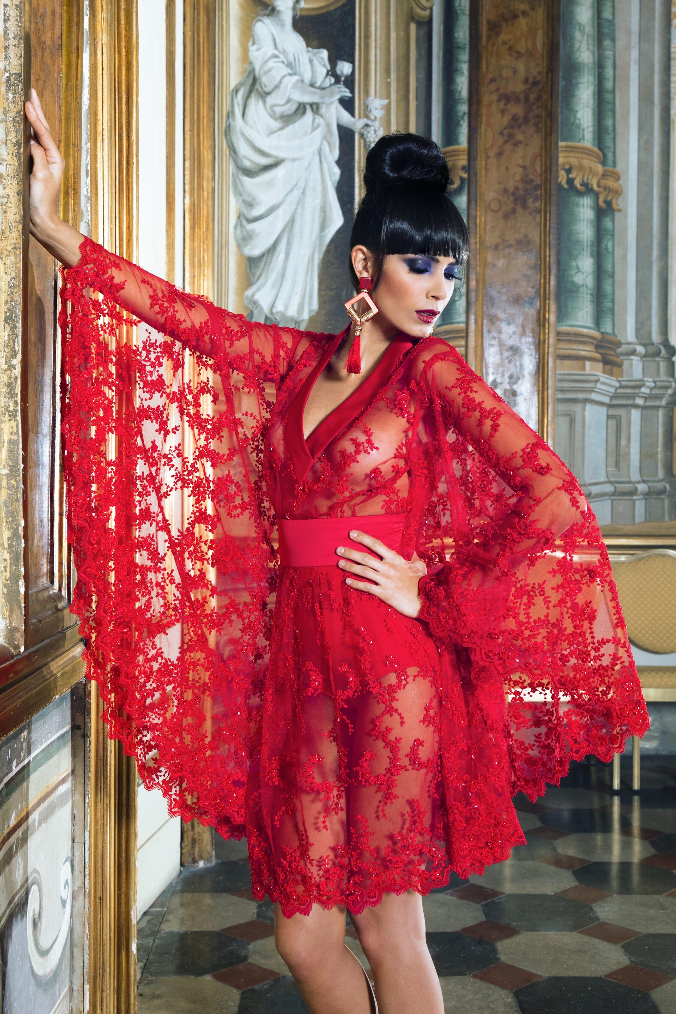 Abito da sera in stile kimono interamente in pizzo trasparente di colore rosso